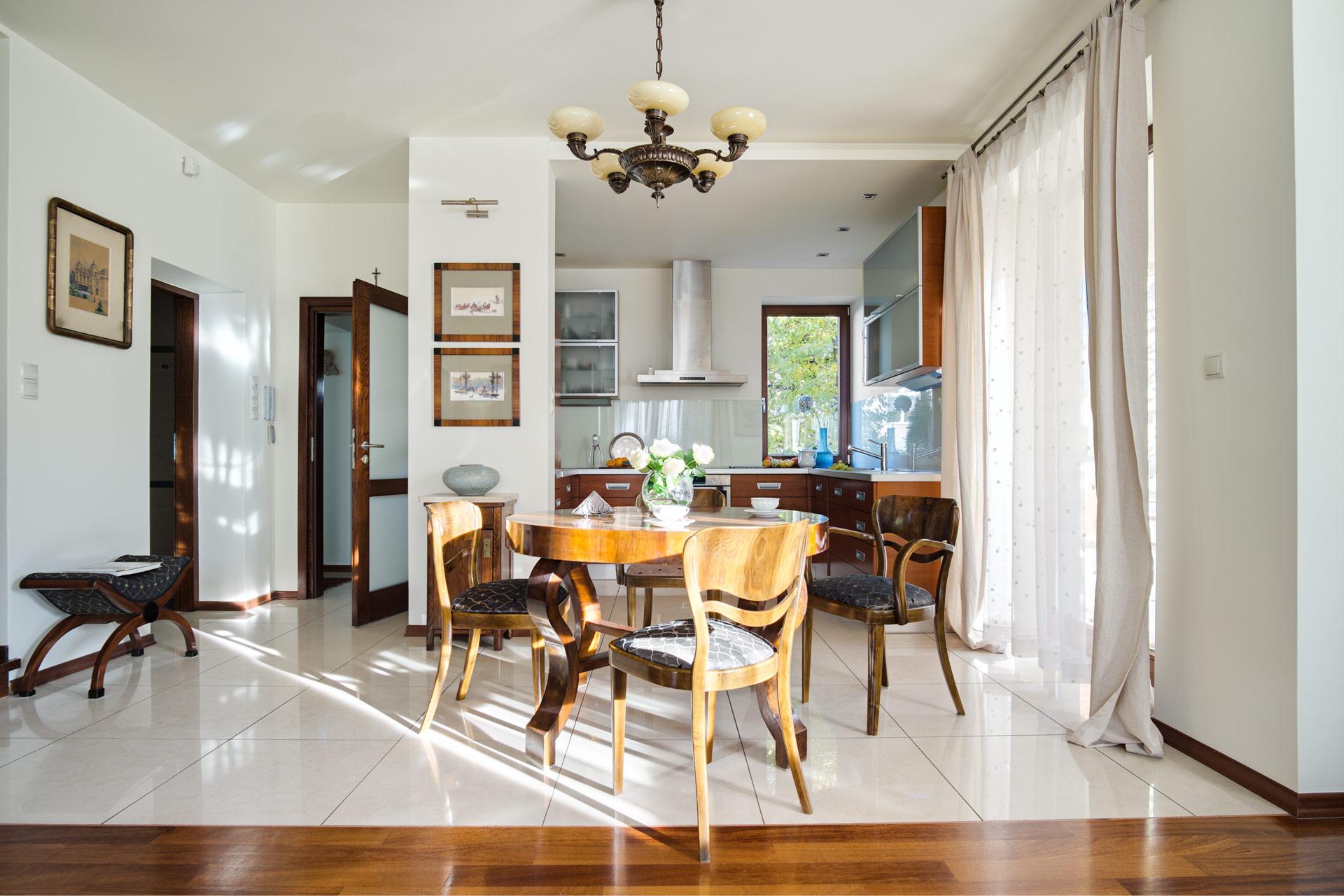 s_kuchnia-stół-symetryczne-z-salonu