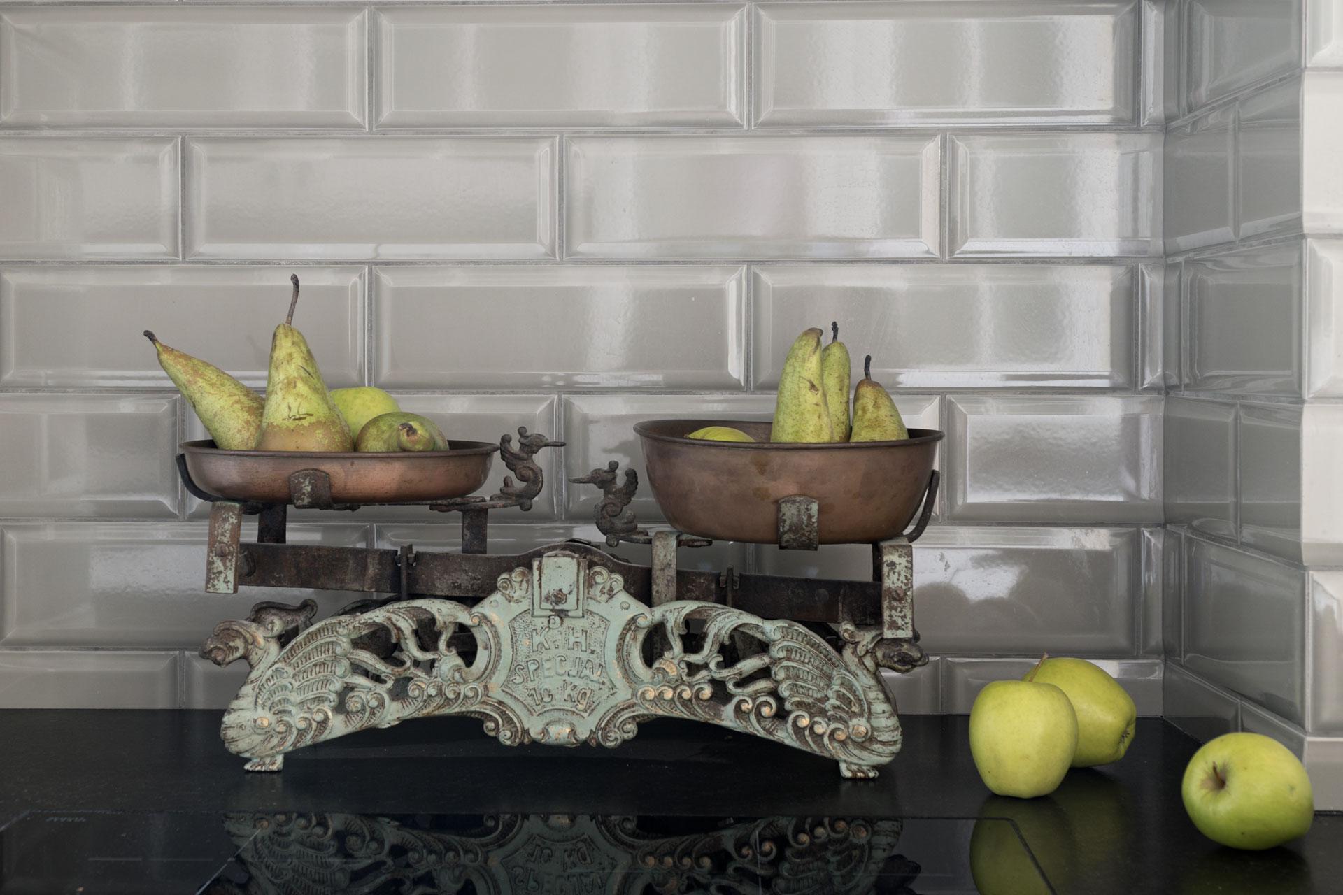 s_waga-szeroki-plan-jablka-gruszki-centralnie